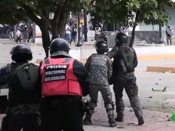 Tensión en Venezuela: dos presidentes proclamados, protestas en la calle y duras cargas policiales