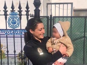La Policía salva a una niña de 14 meses