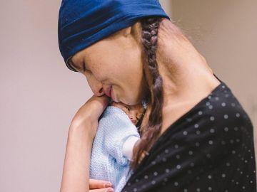 Brianna Rawlings con su bebé recién nacido.