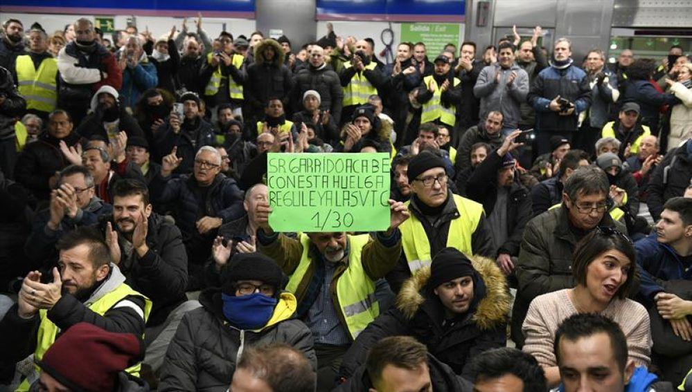Un grupo de taxistas protagonizan una asamblea en la estación de metro Feria de Madrid