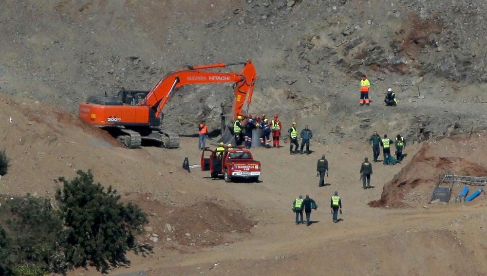 Los mineros y el equipo de rescate junto al pozo de Totalán (Málaga).