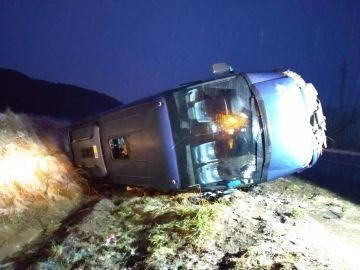 Un autobús escolar volcado en la nieve en Ibiricu, Navarra.