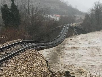 Un tramo de vía de tren queda literalmente suspendida a su paso por Cabañaquinta