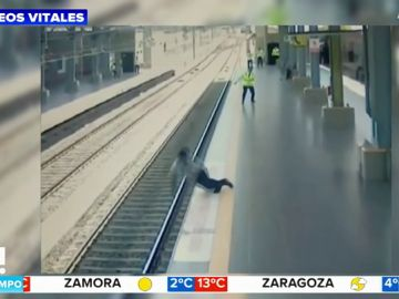Un hombre se desmaya y cae sobre las vías del tren