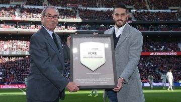 Adelardo entrega a Koke una placa conmemorativa