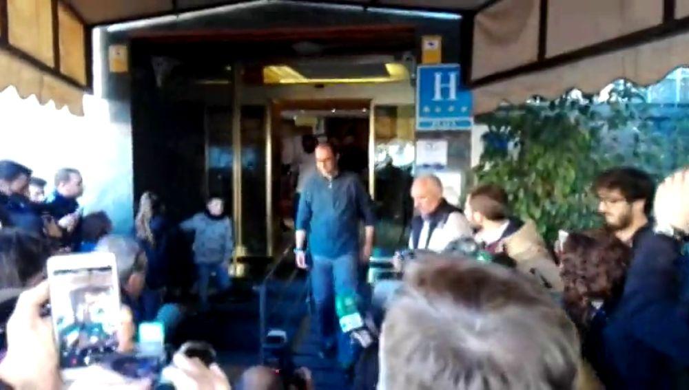 Gran ovación a uno de los mineros a su salida del hotel tras el rescate del pequeño Julen