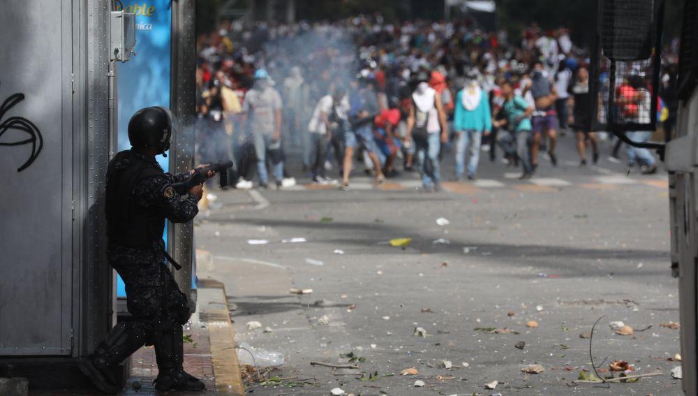 La Policía Nacional Bolivariana se enfrenta a manifestantes durante una protesta en Caracas (Venezuela).