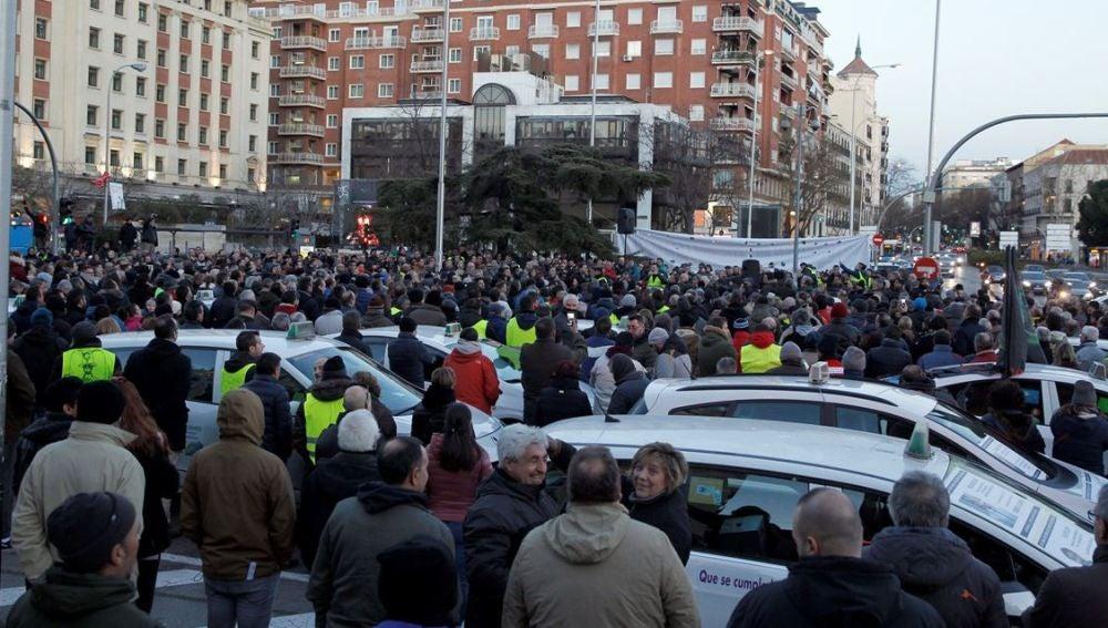 Asamblea de taxistas en la madrileña plaza de Colón