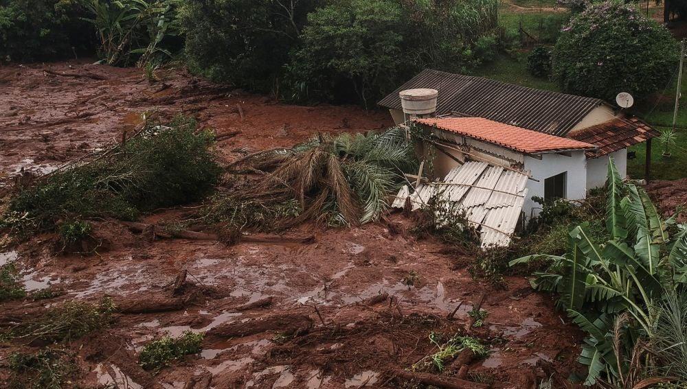 La rotura de una presa que contenía residuos minerales causa múltiples destrozos en Brasil