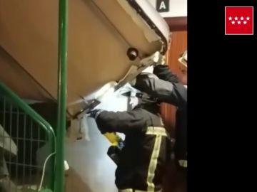 Intentan bajar su sofá por las escaleras, se quedan totalmente atascados y los bomberos se ven obligados a intervenir