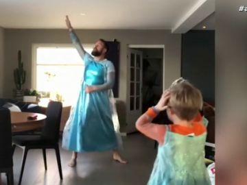 """Un hombre se disfraza junto a su hijo de la protagonista de Frozen porque es su """"superheroína"""": """"Es importante no imponerles prejuicios"""""""