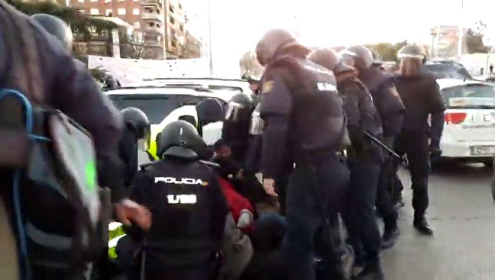 Los antidisturbios acuden a desalojar a los taxistas acampados en el Paseo de la Castellana