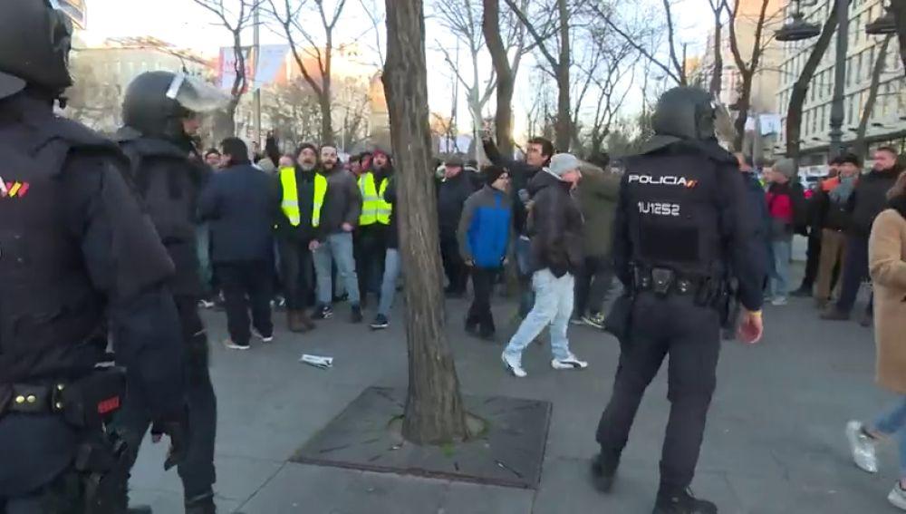 """""""¡Hijos de puta, sinvergüenzas!"""": tensión entre los antidisturbios y los taxistas acampados en el paseo de la Castellana"""