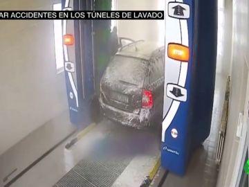 Susto, ansiedad y fractura: esto es lo que pasa cuando te bajas del coche en el túnel de lavado