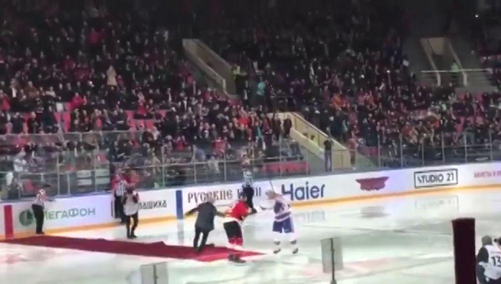 José Mourinho y su aparatosa caída en el saque de honor de un partido de hockey
