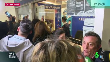 Pasajeros de Ryanair esperando para reclamar