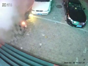 Brutal explosión: esto es lo que puede pasar si cometes el error de tirar una bengala por una alcantarilla