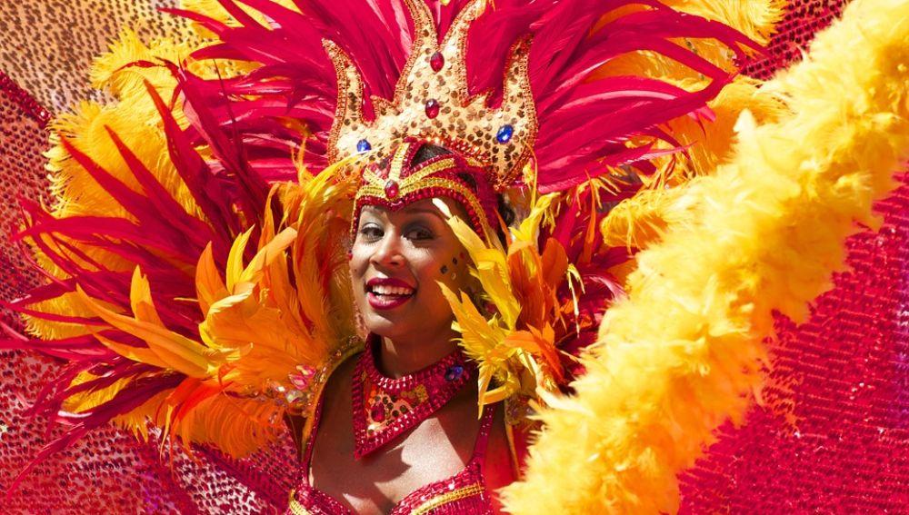 Mujer con traje de carnaval