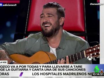 Antonio Orozco 'roba' la guitarra a un concursante de 'La Voz' para interpretar uno de sus temas