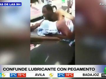 Una pareja confunde un bote de lubricante con pegamento para zapatos y tiene que ser trasladada al hospital