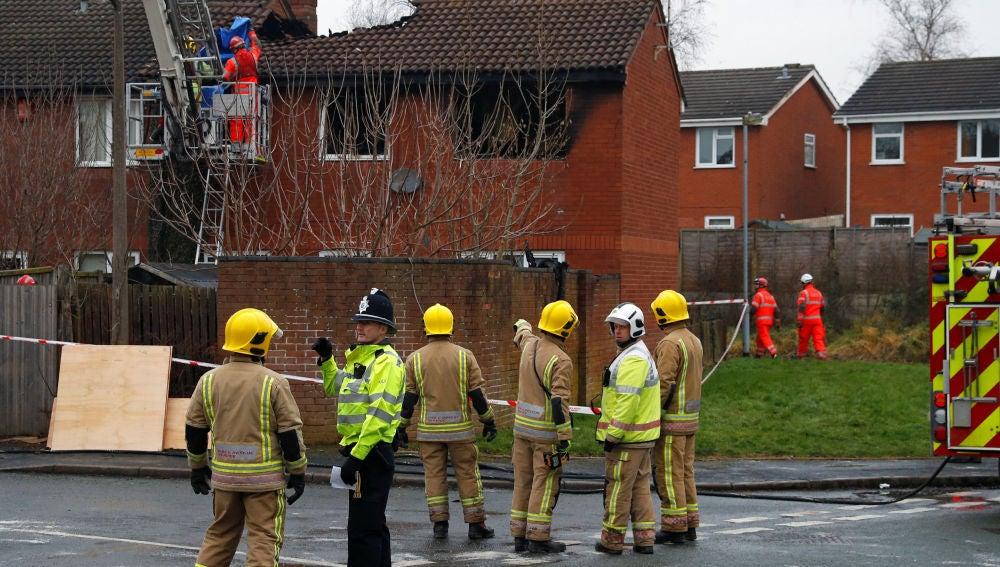 Servicios de bomberos junto a la vivienda incendiada en Stafford, Reino Unido