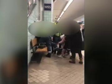 Brutal actuación en el Metro de Estocolmo: sacan a empujones a una mujer embarazada acusada de viajar sin billete