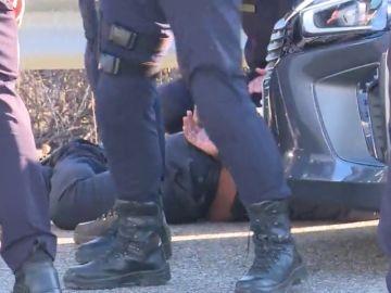 Detenido un conductor de VTC por agredir a un agente tras chocar con un taxista: llevaba un palo en el maletero