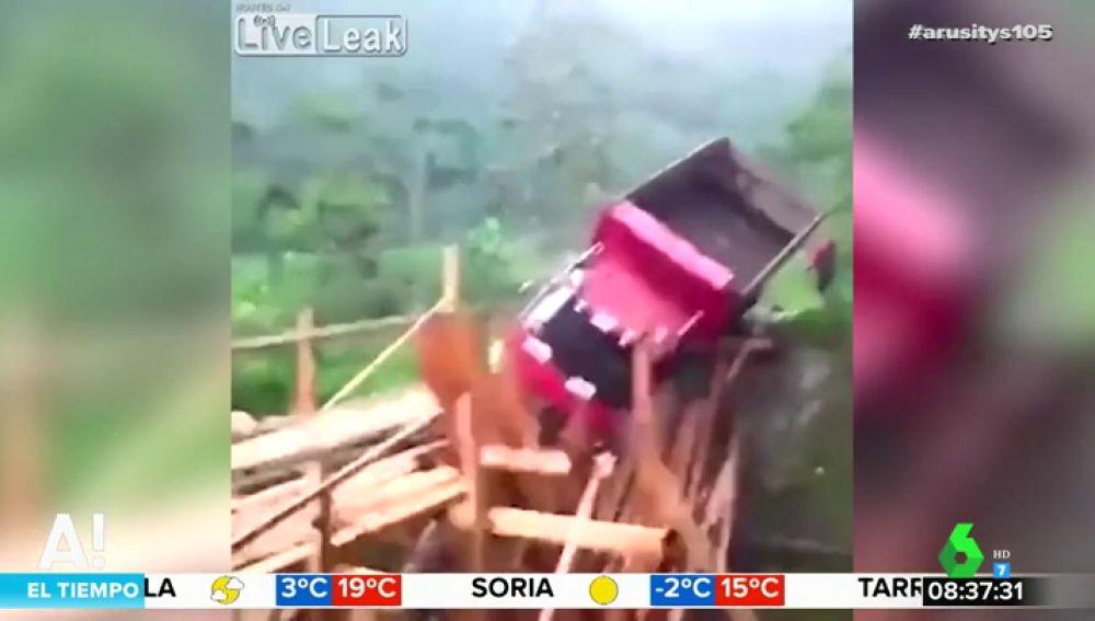 Intenta cruzar sobre un puente de madera y la estructura cede bajo su cambión