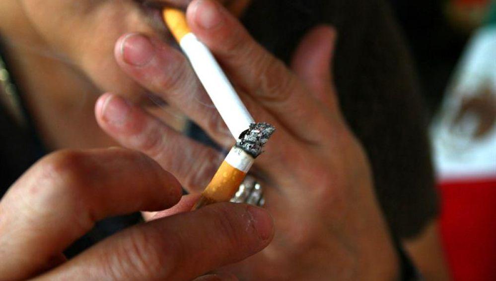 Imagen de una mujer fumando (Archivo)