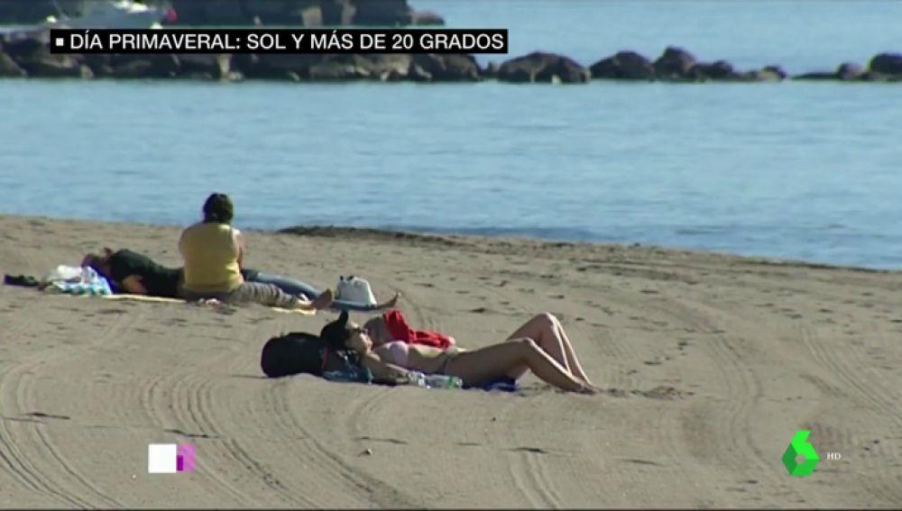 Mujer tomando el sol en Málaga