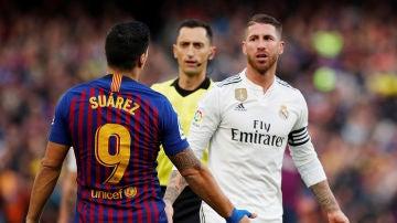 Luis Suárez y Sergio Ramos discuten en un Clásico