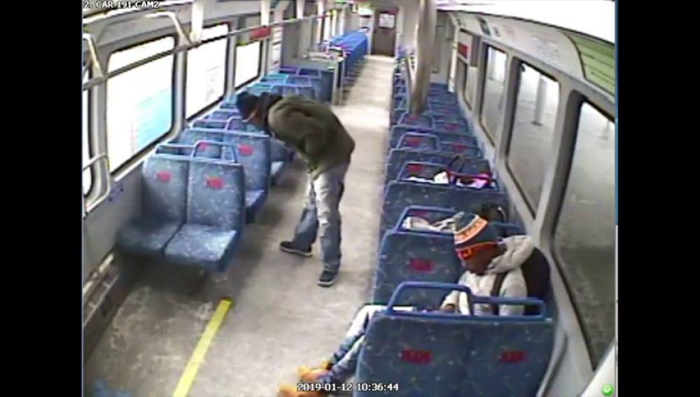 Un hombre baja a fumar al andén y deja a su bebé dentro mientras el tren parte