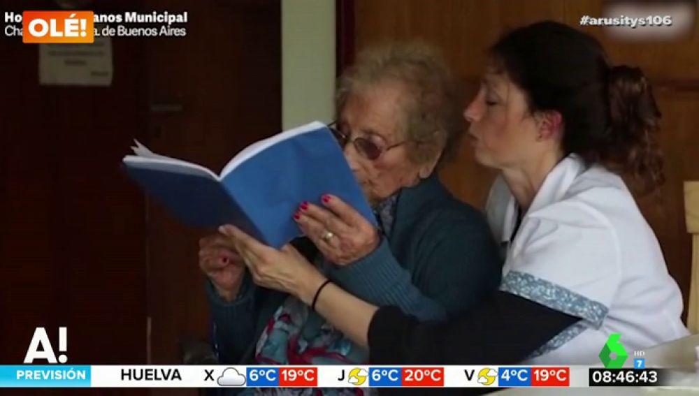 Esta es la historia de superación de Ermelinda: la anciana que se está sacando el graduado escolar a los 105 años