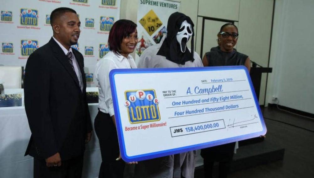 A. Campbell recogiendo el cheque