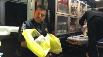 Un agente junto al bebé recién rescatado