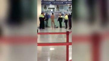 Detienen a un hombre por desnudarse frente al mostrador de Ryanair y agredir a una azafata tras perder dos vuelos en el Aeropuerto Barcelona-El Prat
