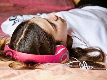 Una chica escuchando música (Archivo)