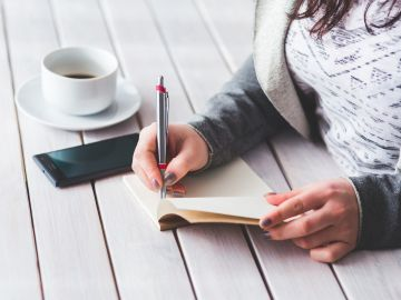 Imagen de archivo de una joven escribiendo