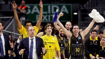 Los jugadores del Iberostar Tenerife celebran la victoria ante Unicaja