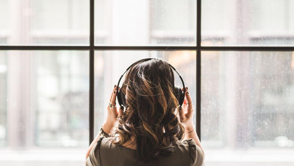Escuchar música con auriculares de manera segura puede ayudar a prevenir la mitad de los casos de pérdida auditiva