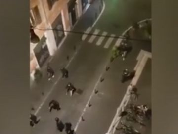 Imagen de la pelea entre aficionados de fútbol en Roma