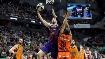 Ante Tomic anota ante la defensa del Valencia Basket