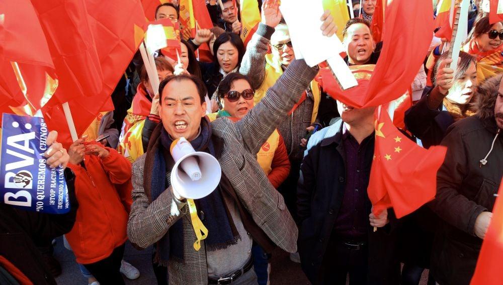 Miembros de la comunidad china se concentraron este mediodía frente a la sede del BBVA
