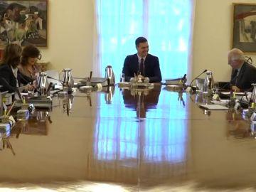 """Pillan a Pedro Sánchez bromeando a carcajadas con la """"derecha trifálica"""" de Delgado en el Consejo de Ministros"""
