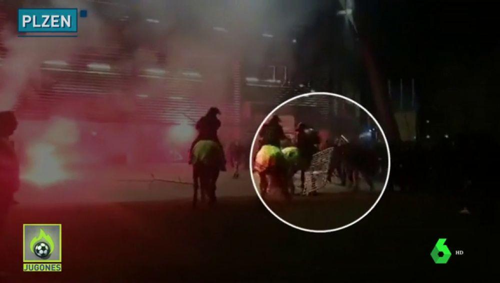 Nueva oleada de ataques de ultras en Europa: tiraron bengalas y hasta una valla a un caballo