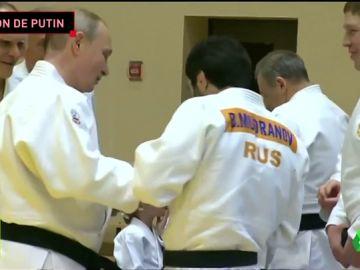 Vladimir Putin se lesiona en la mano derecha en una exhibición de judo