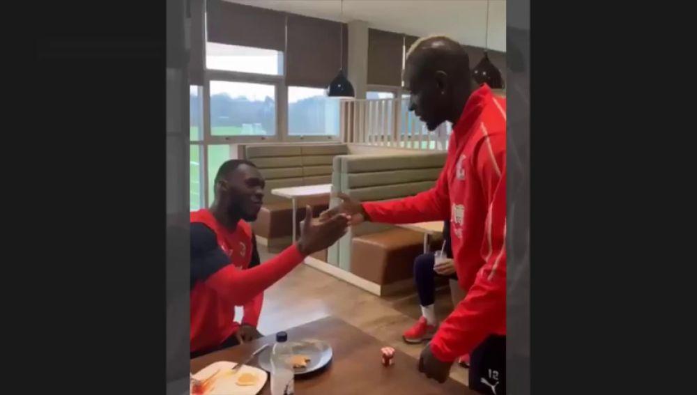 ¡No repite ni uno! El repertorio de saludos de Mamadou Sakho se hace viral