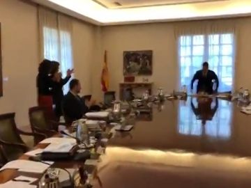Pedro Sánchez, recibido entre aplausos por su Consejo de Ministros