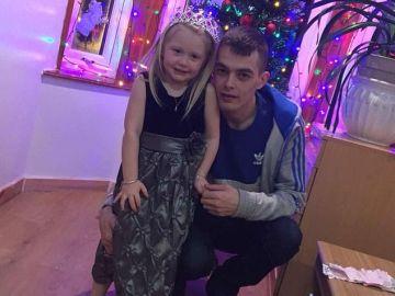 La pequeña Alesha McPhail en una fotografía junto con su padre