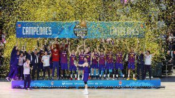 Los jugadores del Barcelona Lassa posan con el trofeo, tras vencer al Real Madrid en la final de la Copa del Rey de baloncesto